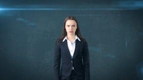 怀疑长发美丽的女实业家画象,藏青色背景 库存图片