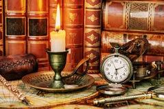 怀表、燃烧的蜡烛和旧书 免版税库存图片