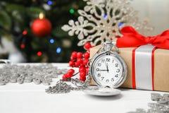 怀表、礼物和装饰在桌上 christmas countdown 库存照片