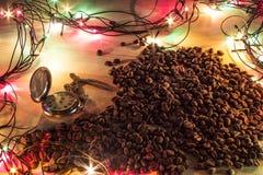 怀表和溢出的咖啡豆 免版税库存图片