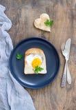 怂恿在心形的面包用荷兰芹,浪漫早餐 库存图片