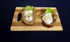 怂恿在法语早餐的煎蛋的面包 免版税库存照片