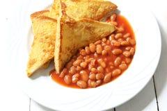 怂恿面包多士和被烘烤的豆在西红柿酱 图库摄影
