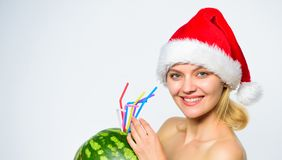 怎么对在圣诞节以后的戒毒所 西瓜饮食戒毒所饮料 女孩有吸引力的裸体穿戴圣诞老人帽子饮料西瓜 库存照片