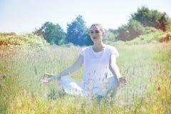 思考为和平和寂寞的镇静年轻瑜伽妇女,被定调子 库存图片