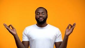 思考反对黄色背景,呼吸的锻炼的被安抚的黑人 免版税库存图片