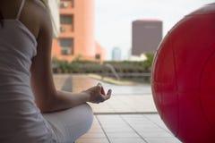 思考和做与她的手besi的瑜伽妇女禅宗标志 免版税图库摄影