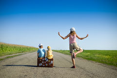 思考在两个孩子附近的少妇在夏天 免版税库存图片