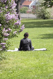 思考在公园的妇女 库存照片