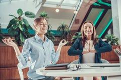 思考在办公室的两名工作者妇女 免版税库存图片