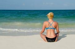 思考在坎昆海滩的运动白肤金发的妇女 免版税库存照片