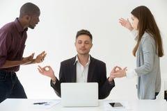 思考在工作场所的白种人雇员忽略同事 图库摄影