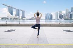 思考在广场桥梁的亚裔妇女 免版税库存照片
