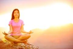 思考在日落的瑜伽妇女在大峡谷 免版税库存图片
