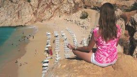 思考在沙子海滩上的峭壁的妇女 影视素材