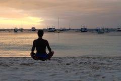 思考在海滩的妇女在博拉凯海岛,菲律宾 库存照片