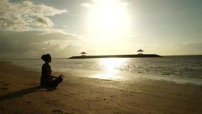 思考在海滩的妇女时间间隔 股票视频