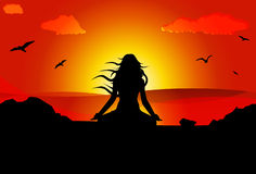 思考在海滩的妇女在日落期间 免版税库存照片