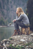 思考在湖岸的妇女 免版税库存图片