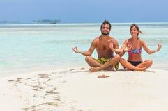思考在热带天堂海滩的夫妇 圣布拉斯加勒比 免版税库存照片