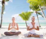 思考在热带海滩的微笑的夫妇 免版税图库摄影