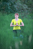 思考在瑜伽姿势的妇女 免版税库存图片