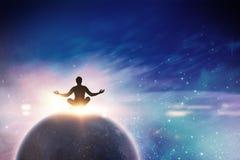 思考在瑜伽姿势的禅宗商人的综合图象 免版税库存图片