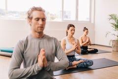思考在瑜伽演播室的人 图库摄影