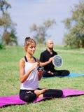 思考在瑜伽的青年人在夏天分类本质上 库存照片