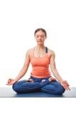 思考在瑜伽asana Padmasana莲花姿势的妇女 免版税库存照片