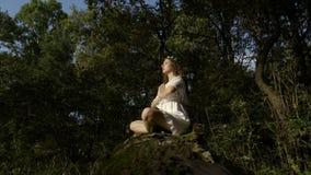 思考在莲花姿势的森林里的信奉瑜伽者本质上- 股票视频