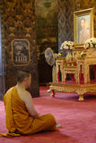 思考在Wat Bovoranives,曼谷,泰国的一个和尚的图片 免版税库存图片