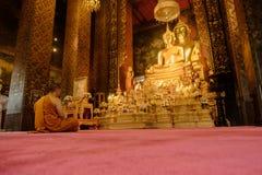 思考在Wat Bovoranives,曼谷,泰国的一个和尚的图片 库存图片