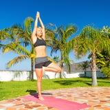 思考女子的瑜伽户外 免版税库存图片