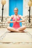 思考户外在健康温泉的妇女 图库摄影