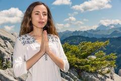 思考户外本质上的信奉瑜伽者妇女 图库摄影