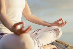 思考瑜伽的妇女户外 免版税图库摄影
