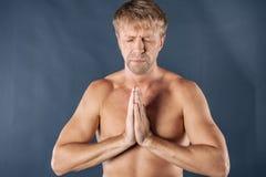 思考的人 平安的镇静适合的在莲花姿势、自由和平静概念的人实践的瑜伽,关闭看法 免版税库存照片