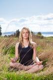 思考的女子瑜伽 免版税图库摄影