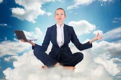 思考的女实业家工作在天空和 库存照片