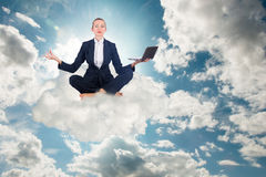 思考的女实业家工作在天空和 免版税库存图片