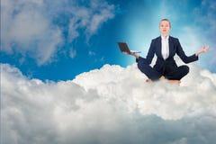思考的女实业家工作在天空和 免版税库存照片