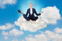 思考的女实业家工作在天空和 库存图片