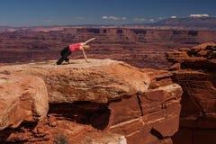 思考的妇女做瑜伽在Canyonlands国家公园在犹他 图库摄影