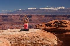 思考的妇女做瑜伽在Canyonlands国家公园在犹他 免版税库存图片