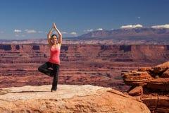 思考的妇女做瑜伽在Canyonlands国家公园在犹他 库存图片
