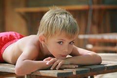 思考的孩子 免版税库存照片