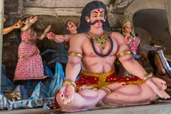 思考的肌肉男性信奉瑜伽者队伍玩偶,马迪凯里印度 免版税库存图片