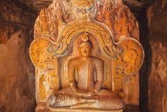 思考的菩萨石图在14世纪佛教寺庙里面的 库存照片