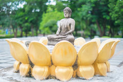 思考的菩萨石头雕象在公园 泰国 库存照片